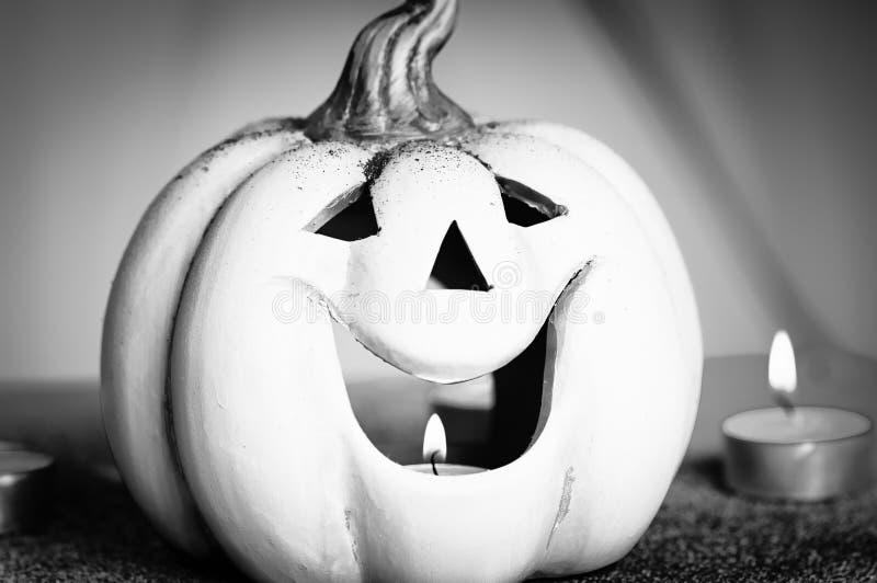 Halloween-Nachtszene mit beleuchteter Laterne der Steckfassung O, Kürbiskerze lizenzfreies stockfoto