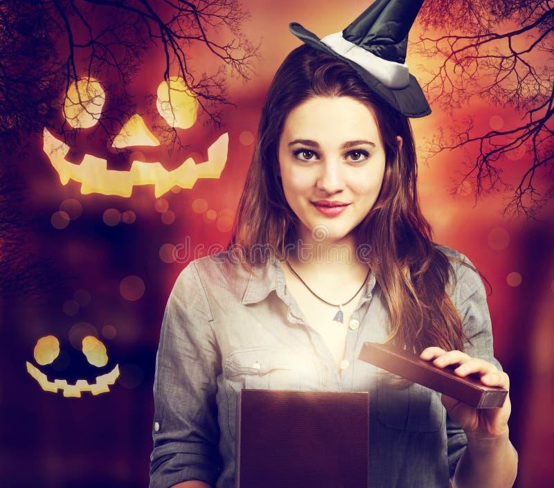 Halloween-nette Hexe mit Halloween-Kürbisen lizenzfreie stockfotos