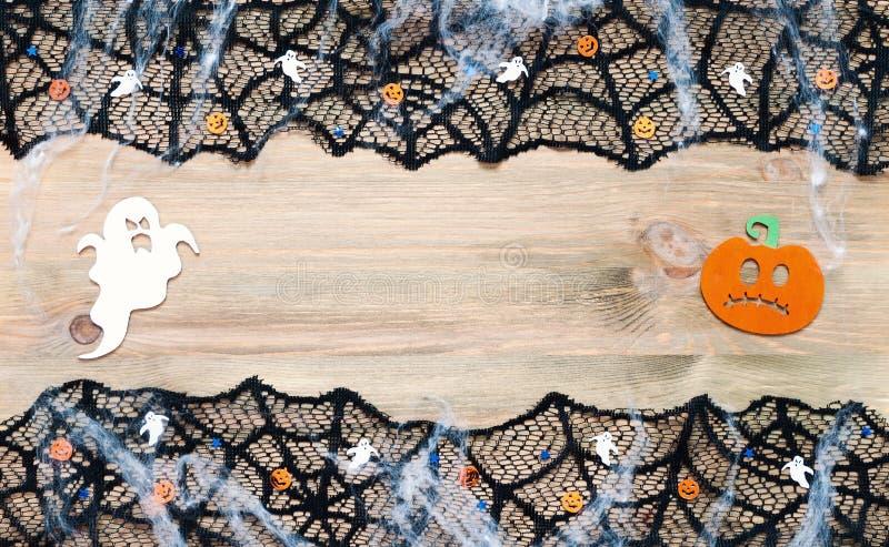 Halloween od tła blasku księżyca uwagi Czarnej pajęczyny koronki rabatowe i Halloweenowe dekoracje na drewnianym tle z bezpłatną  zdjęcie royalty free