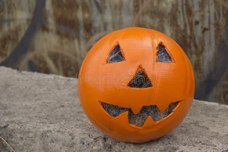 Halloween op steen, roestige ijzerachtergrond stock foto's