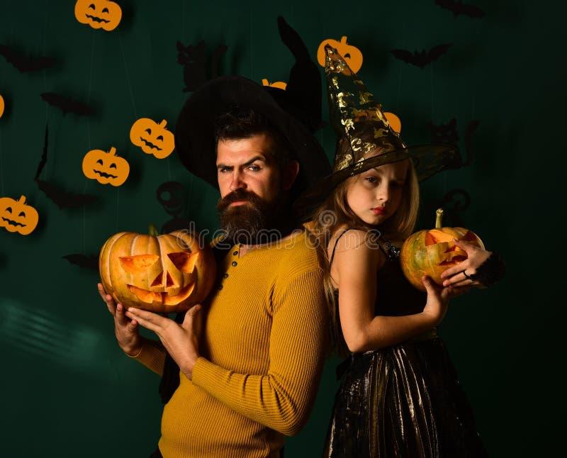 Halloween-Partei- und -feierkonzept Zauberer und kleine Hexe stockfotografie