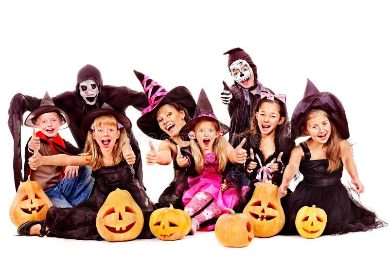 Halloween-partij met de holdings snijdende pompoen van het groepsjonge geitje. royalty-vrije stock afbeeldingen