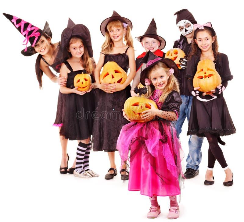 Halloween-Party mit Gruppenkind-Holdingkürbis. stockfotos