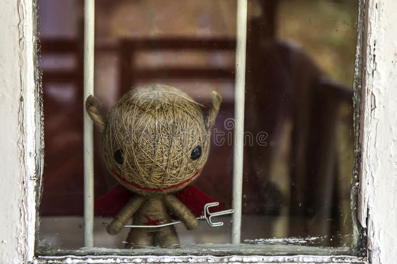 Halloween, pequeño diablo le está mirando de la ventana fotografía de archivo libre de regalías