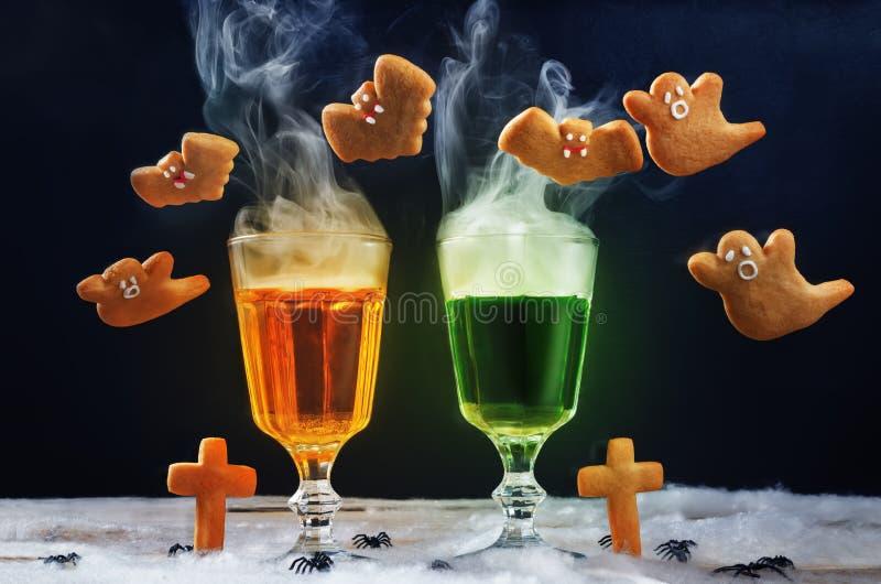 Halloween pije z latającymi ciastkami na czarnym tle fotografia royalty free