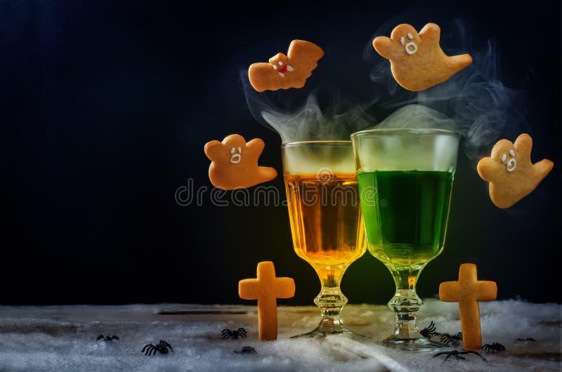 Halloween pije z latającymi ciastkami na czarnym tle zdjęcie royalty free