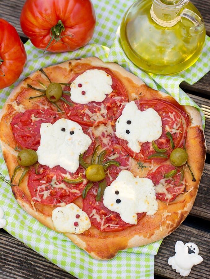 Halloween-pizza met de olijfspinnen van kaasspoken ANS stock foto's