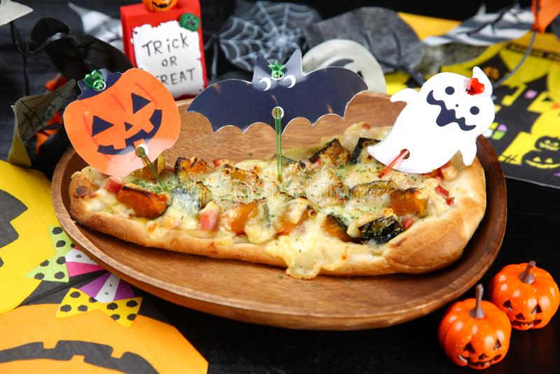 Halloween-pizza op een eettafel stock fotografie