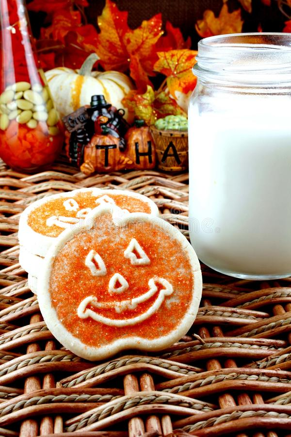 Halloween-Plätzchen und Milch lizenzfreie stockfotografie