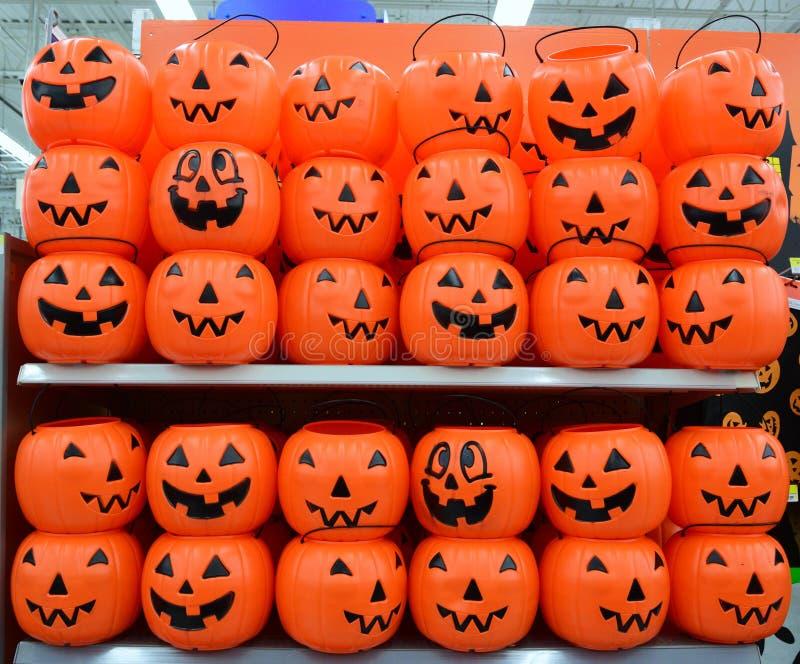 Halloween-Plastikkürbiskorb stockfoto