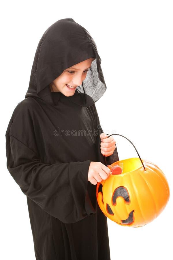Halloween pojke med godisen arkivbilder