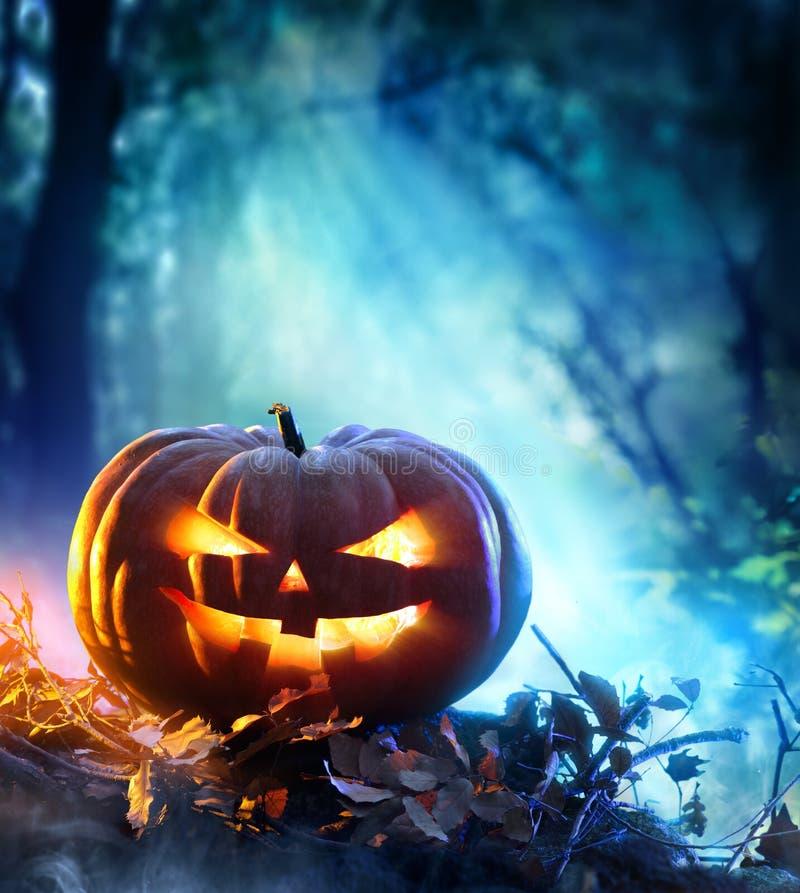 Halloween-pompoen in een griezelig bos bij nacht royalty-vrije stock fotografie