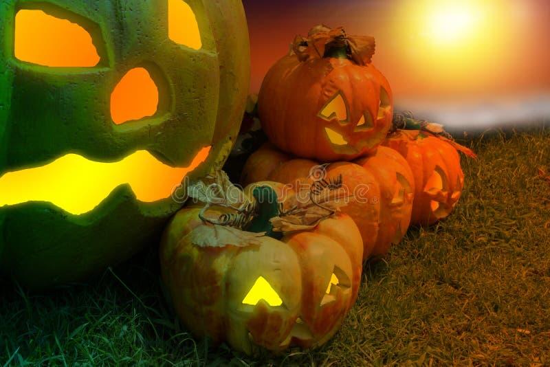 Halloween-Pompoen in een Mysticus Forest At Night Verschrikkingsachtergrond stock afbeeldingen