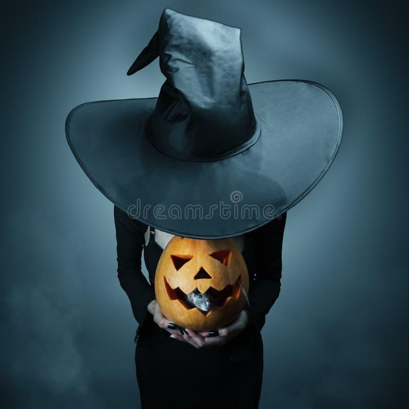 Halloween-pompoen en grijze rat stock fotografie
