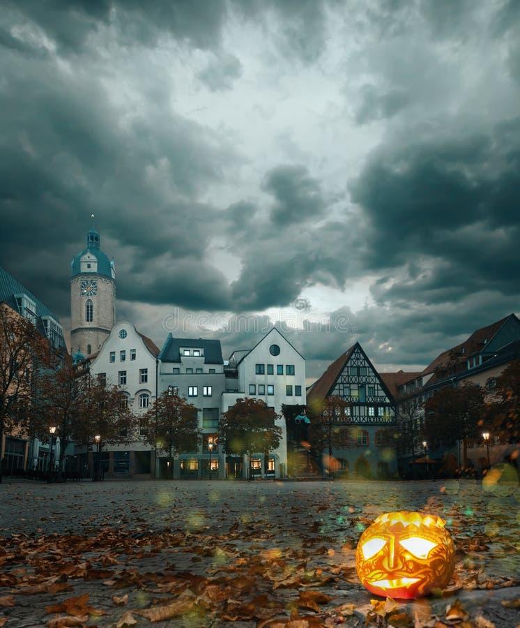 Halloween-pompoen in historische Duitse stad stock afbeelding