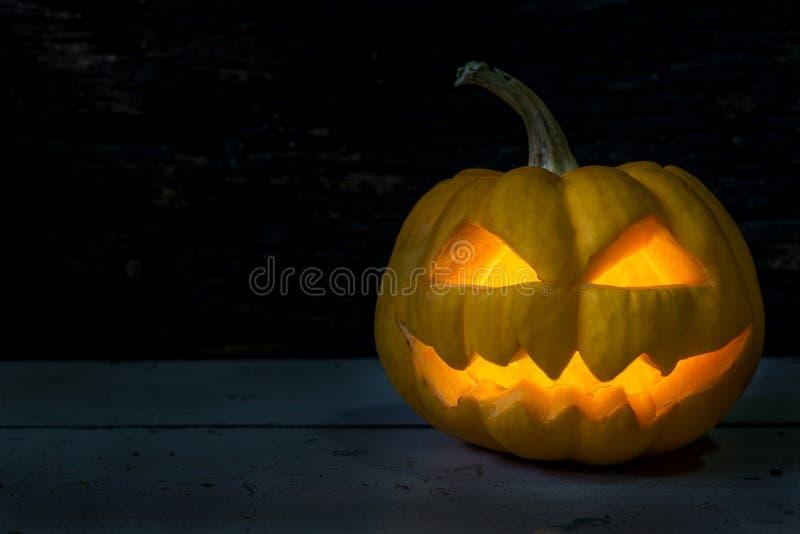 Halloween-pompoen hoofdhefboom in donkere nacht royalty-vrije stock fotografie