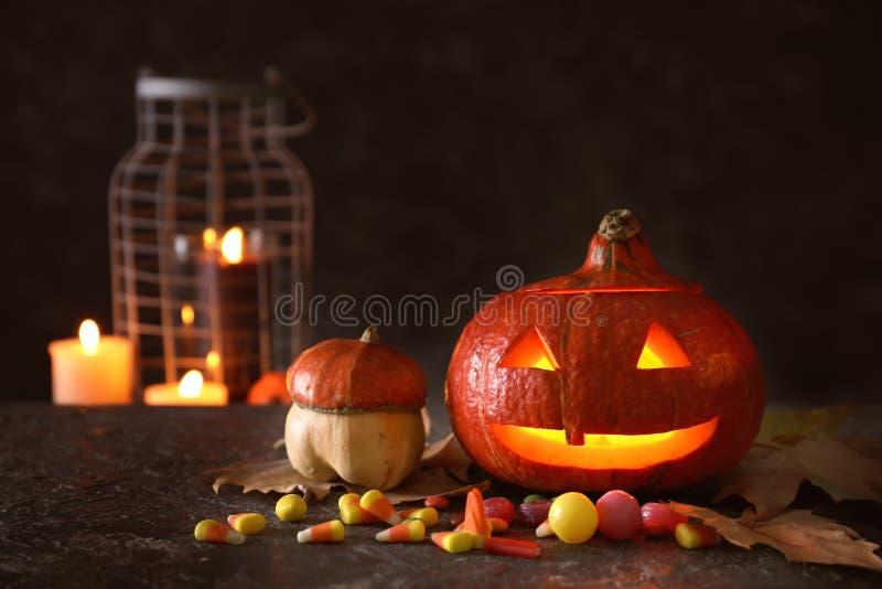 Halloween-pompoen met suikergoed op donkere achtergrond royalty-vrije stock foto