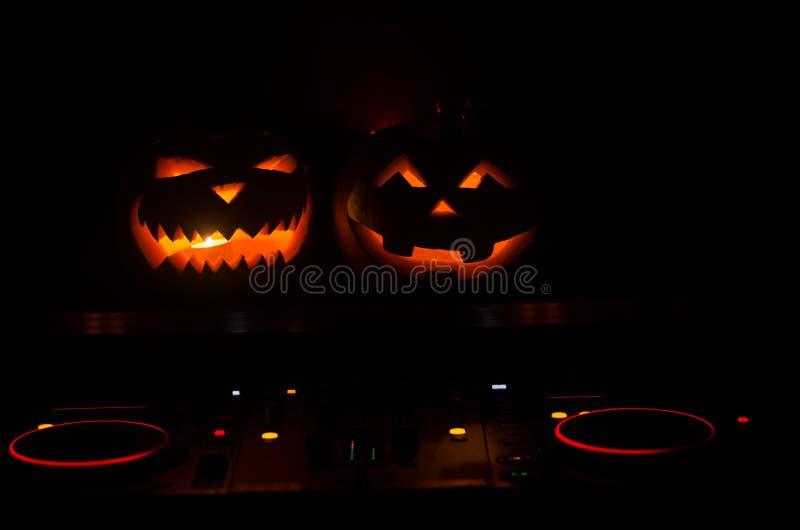 Halloween-pompoen op een lijst van DJ met hoofdtelefoons op donkere achtergrond met exemplaarruimte Gelukkige Halloween-festivald royalty-vrije stock foto's