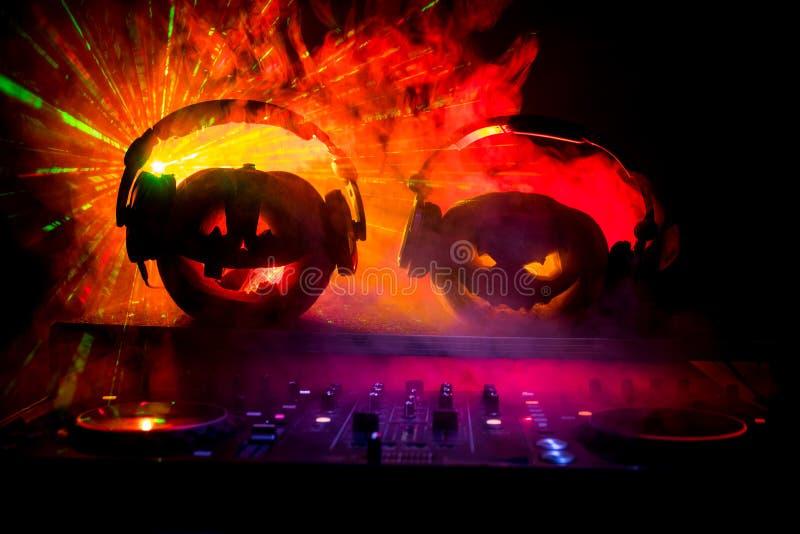 Halloween-pompoen op een lijst van DJ met hoofdtelefoons op donkere achtergrond met exemplaarruimte Gelukkige Halloween-festivald royalty-vrije stock afbeeldingen