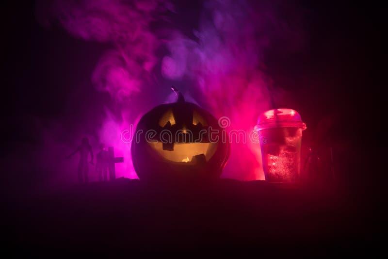 Halloween-pompoen oranje cocktails Feestelijke Drank De partij van Halloween Grappige Pompoen met een cocktail Selectieve nadruk vector illustratie