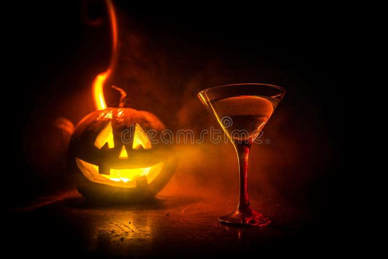 Halloween-pompoen oranje cocktails Feestelijke Drank De partij van Halloween Grappige Pompoen met een gloeiend cocktailglas op da stock illustratie