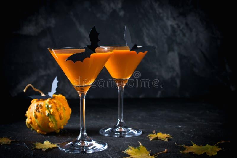 Halloween-pompoen oranje cocktails Feestelijke Drank De partij van Halloween Pompoen met vakantiedecoratie stock afbeelding