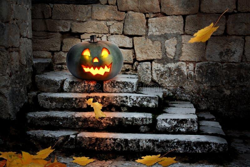 Halloween-pompoenen in de werf van een oud huis royalty-vrije stock afbeeldingen