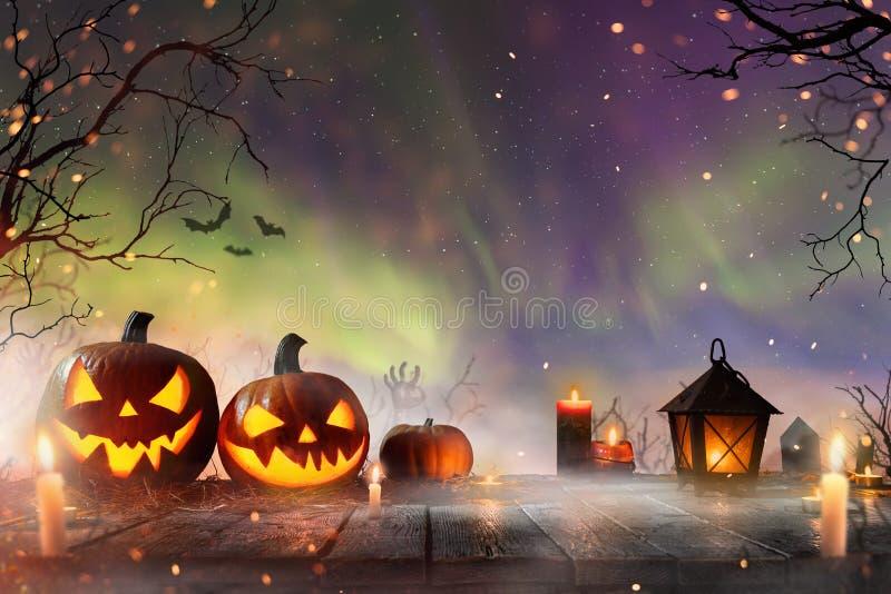 Halloween-pompoenen op donker griezelig bos royalty-vrije stock foto's