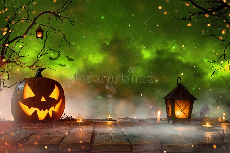 Halloween-pompoenen op donker griezelig bos stock foto's