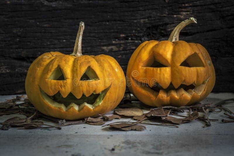 Halloween-pompoenen op grungy houten stock foto