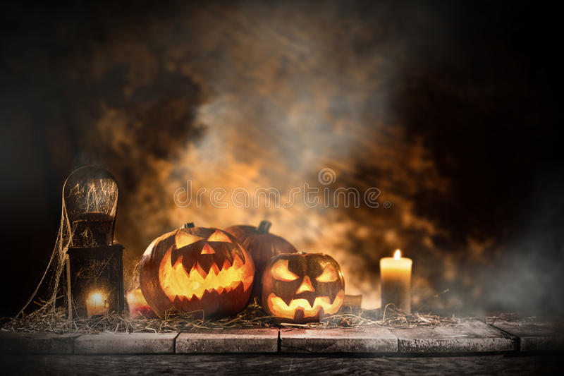 Halloween-Pompoenen op oude houten lijst stock foto's