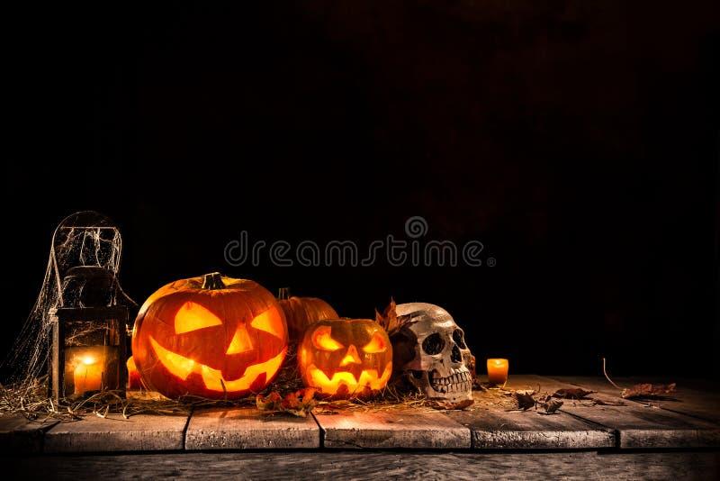 Halloween-Pompoenen op oude houten lijst royalty-vrije stock afbeelding