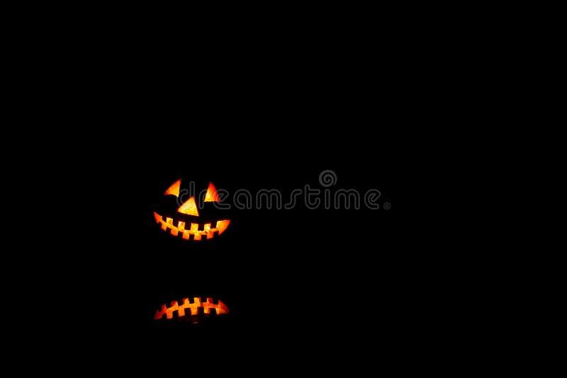 Halloween-pompoenenglimlach en enge ogen voor partijnacht Sluit omhoog mening van de enge oude hefboom-o-lantaarn van Halloween m stock afbeeldingen