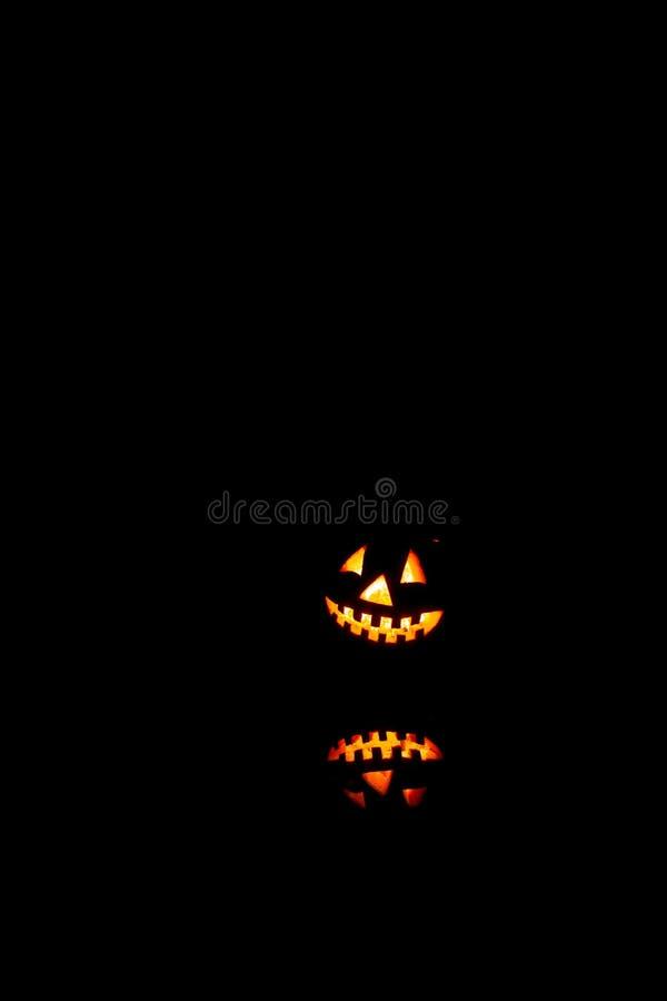 Halloween-pompoenenglimlach en enge ogen voor partijnacht Sluit omhoog mening van de enge oude hefboom-o-lantaarn van Halloween m royalty-vrije stock afbeelding