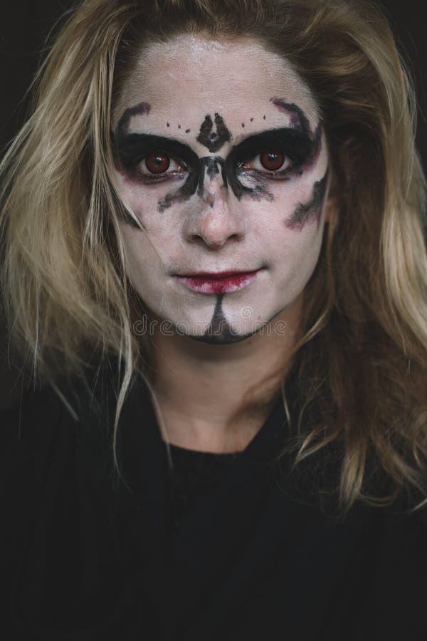Halloween-Porträt der gruseligen Frau lizenzfreie stockfotos
