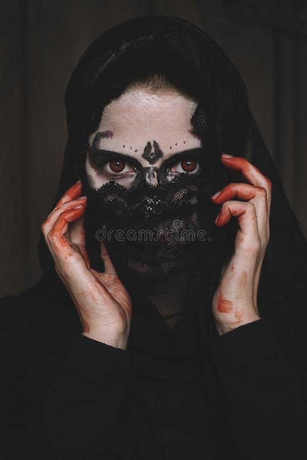Halloween-Porträt der gruseligen Frau stockbild