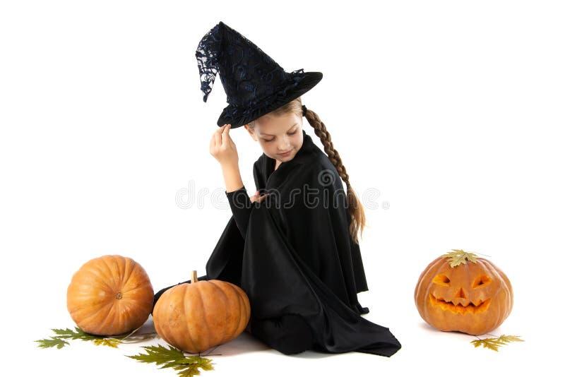 Halloween Porträt des kleinen Mädchens im Hexenkostüm stockfotos