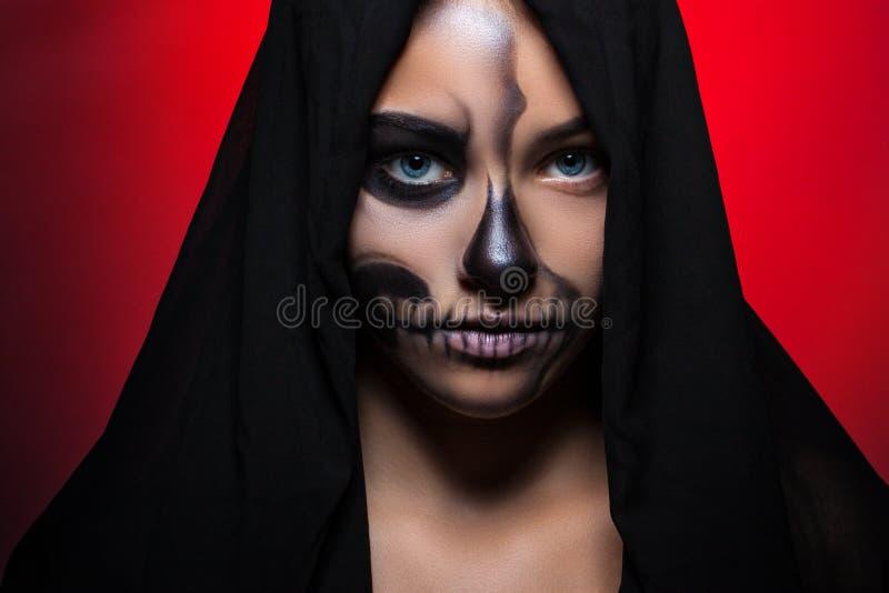 Halloween Porträt eines jungen schönen Mädchens mit skeleton Make-up auf ihrem Gesicht lizenzfreie stockfotos