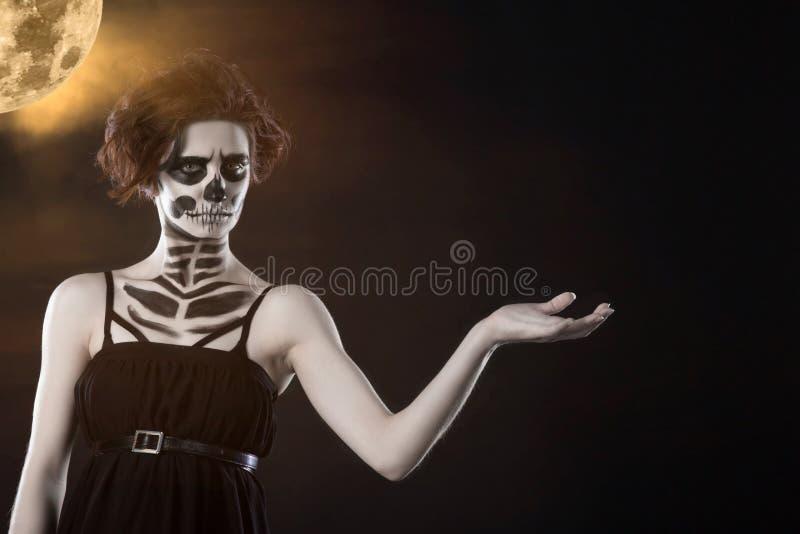 halloween Portret młoda piękna dziewczyna z makijażu koścem na jej twarzy fotografia stock