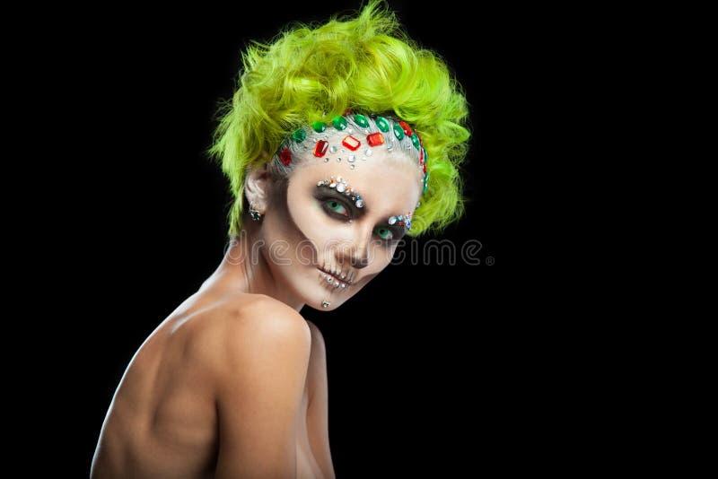 Halloween Portret van jong mooi meisje met samenstellingsskelet op haar gezicht En groen haar Geïsoleerd op Zwarte royalty-vrije stock fotografie