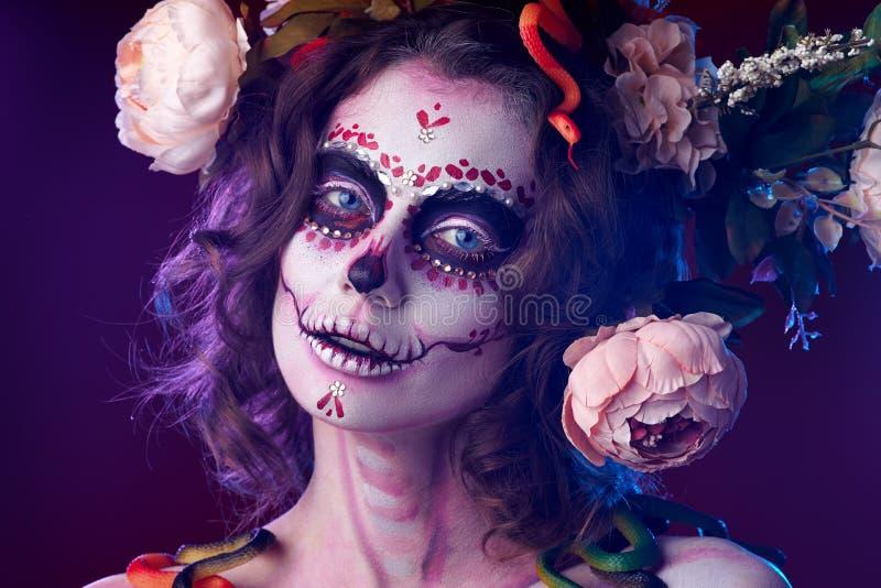 Halloween prepara il teschio di zucchero - bellissima modella Concetto di Santa Muerte fotografie stock libere da diritti