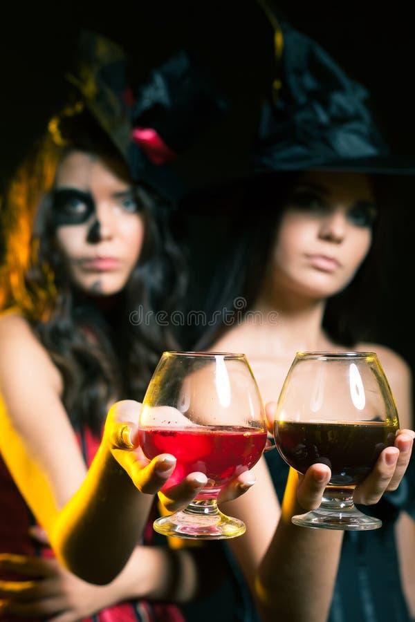 Halloween przyjęcia 2017 mody kobiety lubią czarownicy mienia koktajl obraz stock