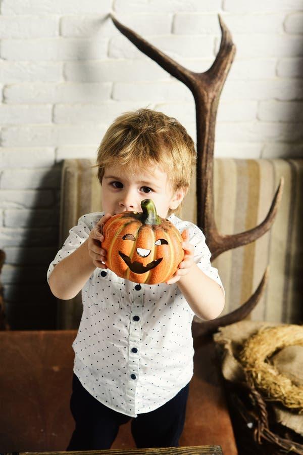 Halloween przyjęcie i dekoraci pojęcie Magik z blondynem fotografia stock