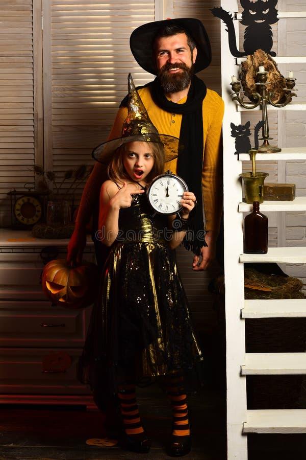 Halloween przyjęcie: mała czarownica i brodaty magik zdjęcia royalty free