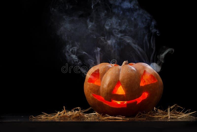 Halloween-pumpa med rök royaltyfri foto