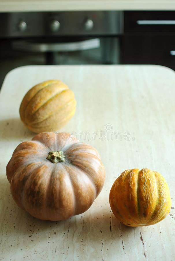 Halloween punpkin en meloenenachtergrond met exemplaarruimte selectieve nadruk en bokeh stock foto's