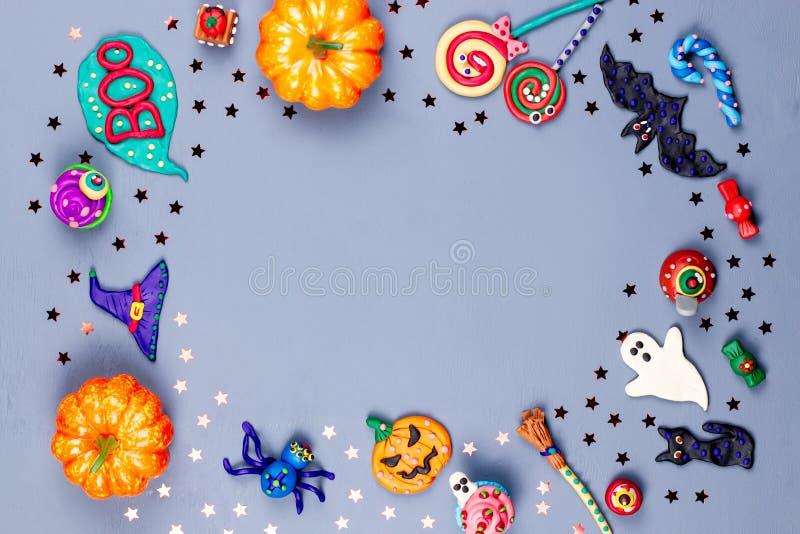 Halloween rama z dekoracjami Czarny kot, nietoperze, czarownicy kapelusz i broomstick z pomarańczowymi baniami, Odgórny widok obraz royalty free