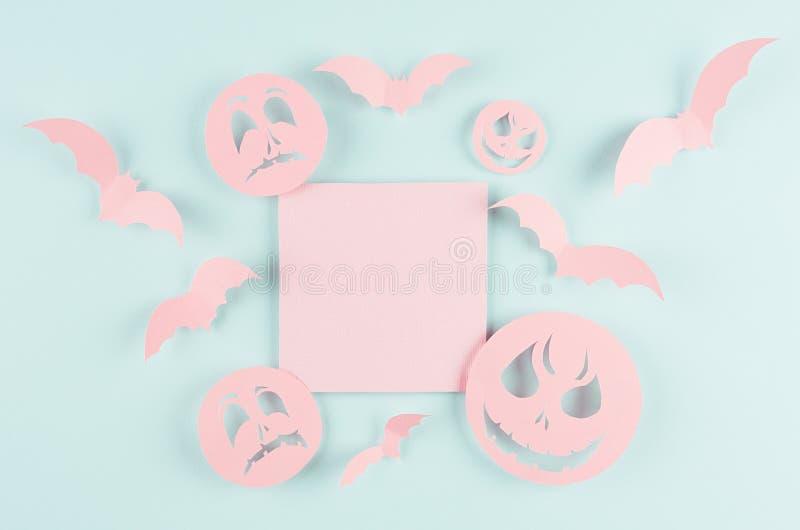 Halloween-reclamespot omhoog - de roze lege verkoopkaart met stijgt knuppels en grappige enge monstersgezichten op de groene kleu stock afbeelding