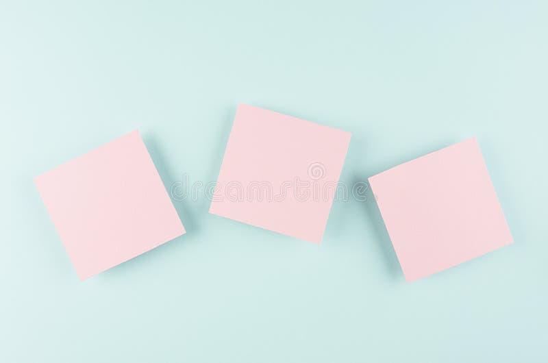 Halloween-reclamespot omhoog - drie stijgt de roze lege verkoopkaart op de munt blauwe achtergrond van de suikergoedpastelkleur stock afbeelding