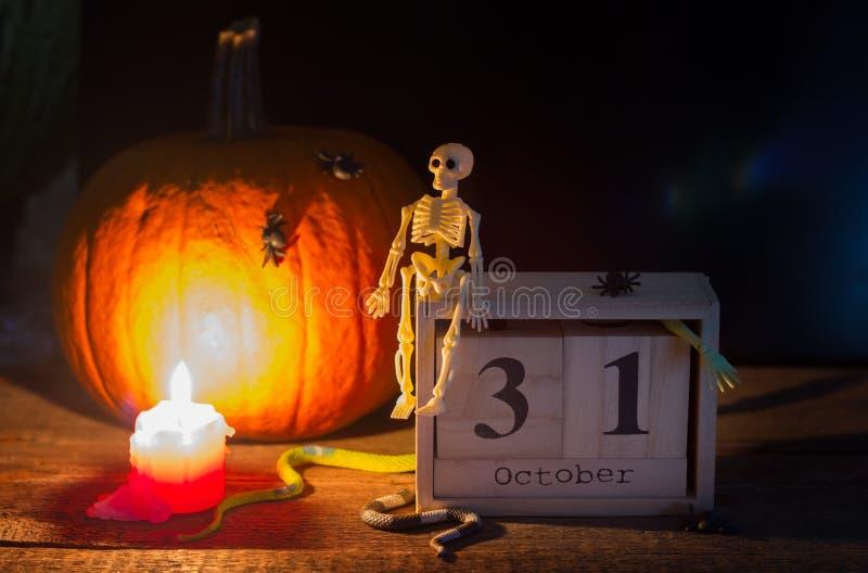 Halloween resume el fondo con el esqueleto de la calabaza y lo hace calendarios en noche imagen de archivo